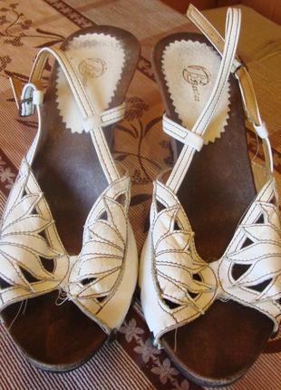 Босоножки кожаные белые на танкетке bata размер 38 стелька 25 см