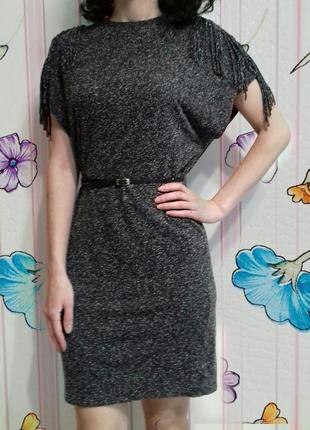 Стильное платье с бахромой на плечах бренда moss copenhagen (дания)