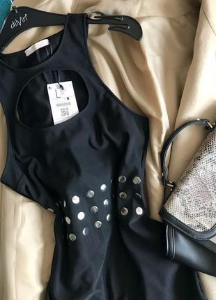 Новое базовое чёрное платье с вырезом