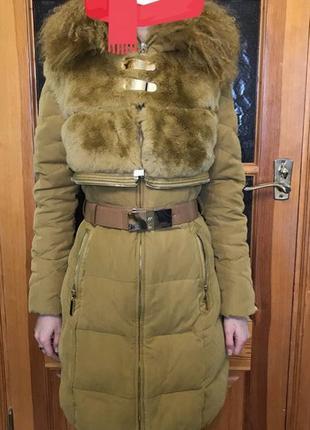 Женский яркий пуховик с капюшоном из ламы и съёмной меховой жилеткой