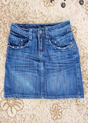 Джинсовая плотная юбка с разрезом сзади