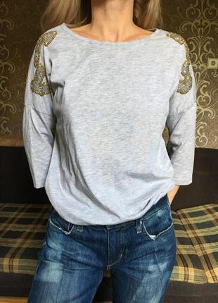Кофта с рукавом три четверти и вышивкой на плечах серая