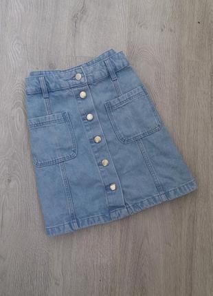 Актуальная джинсовая юбка трапеция на пугавицах с высокой посадкой на высокой талии