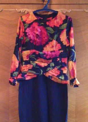 Платье с баской  с модным принтом