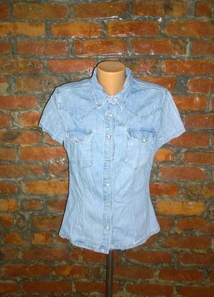 Стильная джинсовая рубашка из светлого денима с накладными карманами