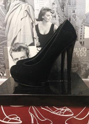 Обалденные  чёрные туфли на высоком каблуке