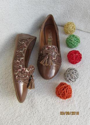 Легкие туфельки декорированы вышивкой и стразами