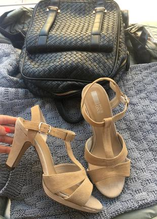 Босоножки на каблуке очень удобние