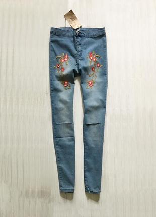 Трендовые джинсы скини с высокой талией и вышивкой
