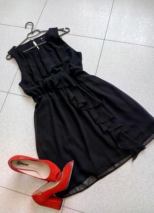 Актуальное шифоновое платье с воланом по всей длине.