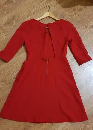 Яркое платье с красивой спинкой