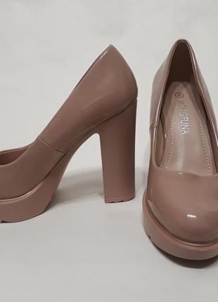Бежевые лаковые туфли натолстом каблуке 11см.