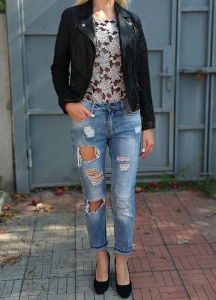 Укороченные рваные джинсы бойфренд