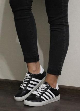 Женские черные кроссовки (кеды) с белыми полосками