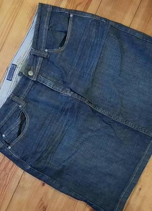 Джинсовая юбка по колено.
