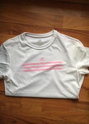 Модная белая футболка adidas