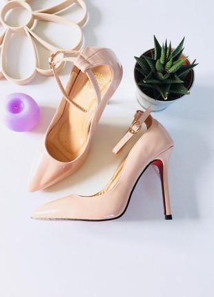 Шикарные лаковые туфли лодочки на шпильке с ремешком на щиколотке