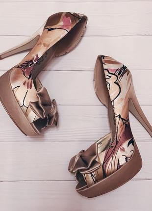 Нарядные туфли на каблуках