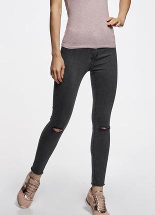 Темно серые джинсы на высокой талии