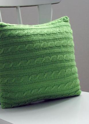 Вязаная подушка салатный лист