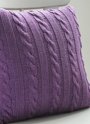 Вязаная подушка фиолетовые косы