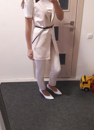 Стильный брючный костюм с удлиненным жилетом