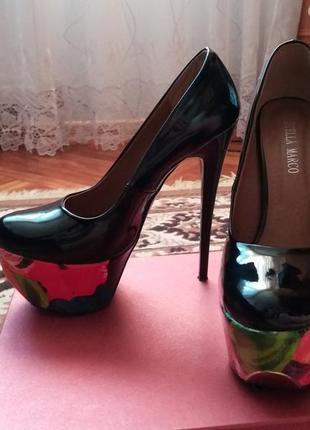 Лакові чорні туфлі з кольоровою платформою
