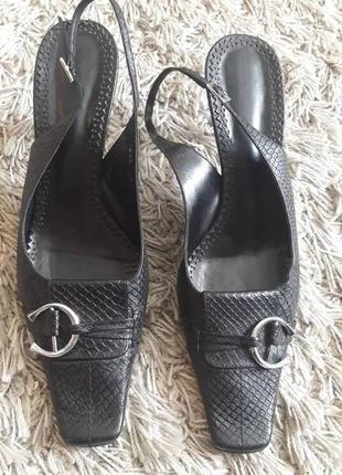 Черные босоножки с пряжкой в стиле ретро