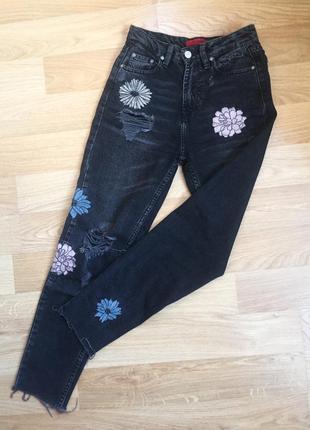 Рваные джинсы на высокой посадке