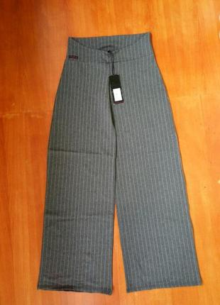 Серые широкие трикотажные брюки в полоску  с мягкой резинкой в деловом стиле