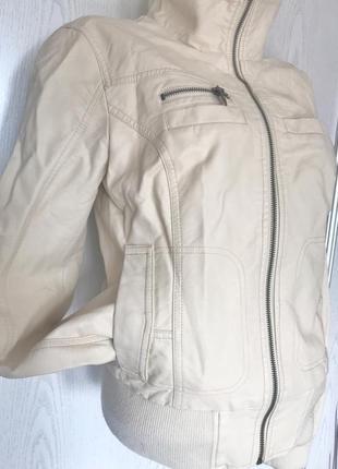 Светлая курточка кожзам на осень от only2