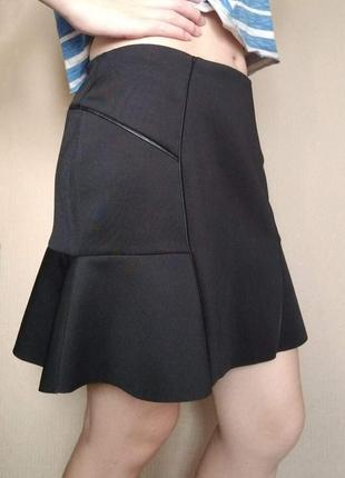 Распродажа! черная интересная юбка от promod из неопрена с вставками из кожзама