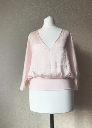 Шелковистая нежно-розовая блуза с вырезом