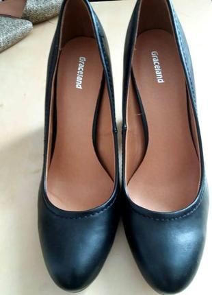 Лодочки  (26,5 см) на устойчивом каблуке.