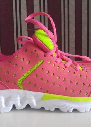 Нові яскраві кросівки