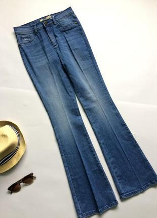 Очаровательные расклешенные джинсы от ом