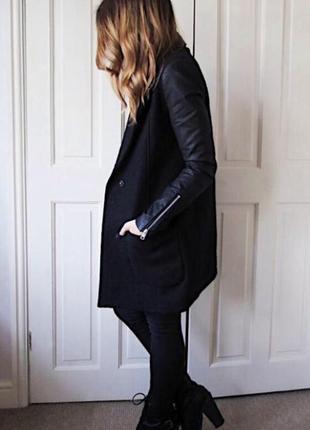 Пальто zara с кожаными рукавами