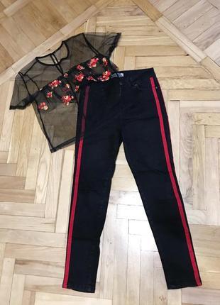 Чёрные штаны с красной полоской