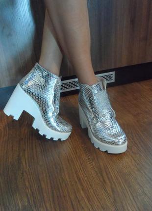 Осенние ботинки цвета серебро, натуральная кожа. 36р маломерят, деми, серебристые