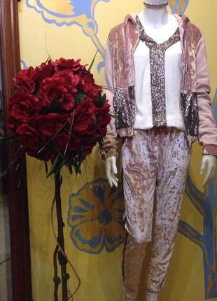 Велюровый спортивный костюм с декором известного итальянского бренда plums