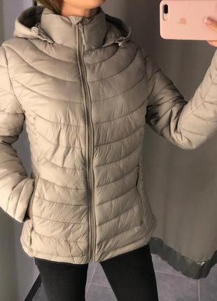Стеганая бежевая куртка с капюшоном amisu курточка на синтепоне xs-xl