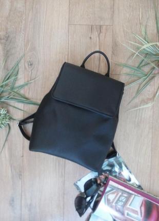 Трендовой рюкзак чорного цвета