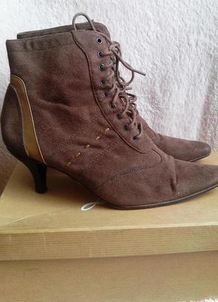 Трендовые ботиночки на низком каблуке и шнуровке.острый носок.