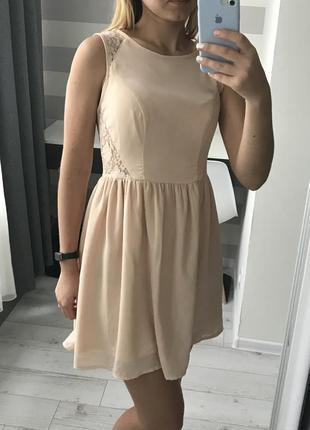 Платье с кружевными вставками по бокам