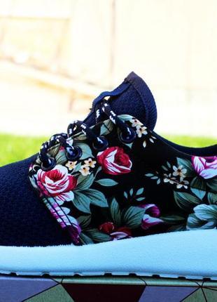 Новые кроссовки с цветочным принтом