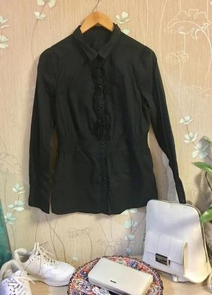 Классическая чёрная приталенная рубашка блузка на пуговицах с жабо