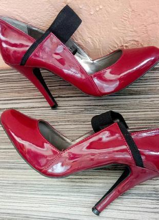 Лаковые туфли на каблуке бордовые
