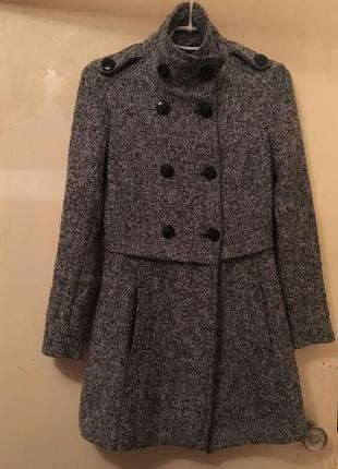 Твидовое пальто с воротником стойкой на пуговицах