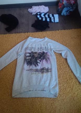 Очень красивый свитер бежевого цвета с принтом