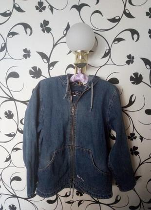 Удобная джинсовая куртка-ветровка с капюшоном